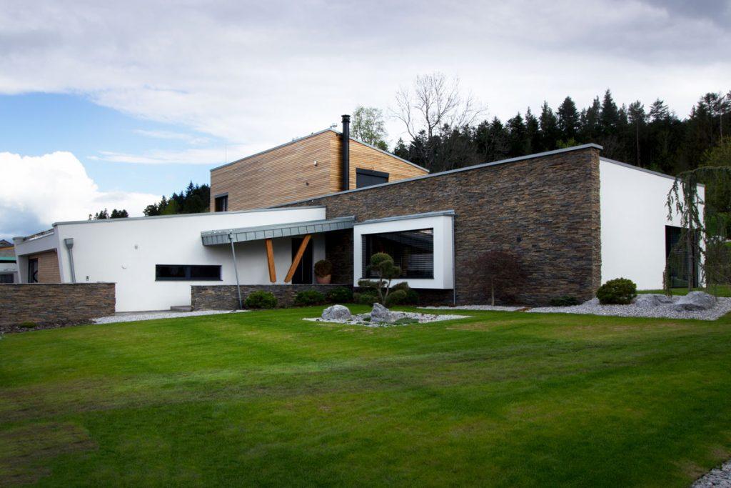 exteriér rodinného domu s kamenným obkladom, dreveným obkladom a nikou