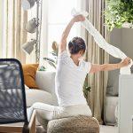 slow living: žena cvičiaca v obývačke