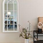 vintage zrkadlo v modernom interiéri