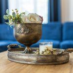 starožitná mosadzná zdobená váza s podnosom
