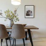 jedálenský masívny stôl s lavicou a čalúnenými stoličkami s čiernymi podnožami
