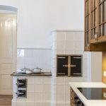 kuchyňa s kachľovou bielou pecou na tuhé palivo