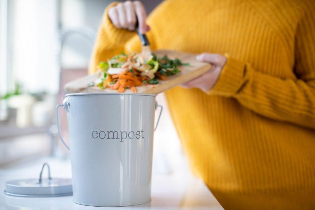 Vermikompostovanie v paneláku: triedenie zvyškov jedla