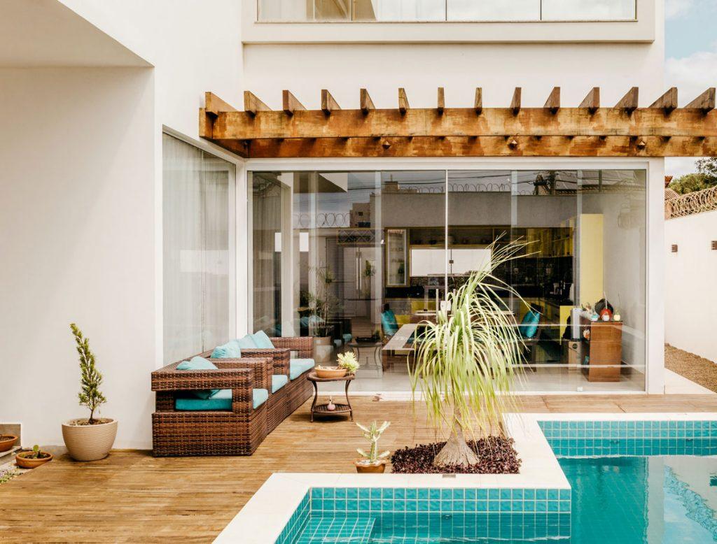 Dom s bazénom a drevenou pergolou