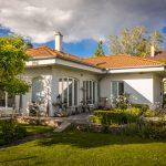 rodinný dom s elegantnou okrasnou záhradou v ktorej farebne prevažujú bielo kvitnúce rastliny