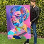 Patrik Koprivňanský s jeho autorským obrazom farebného portrétu Audrey Hepburn