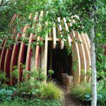 netradičný záhradný domček s konštrukciou z drevených lamiel