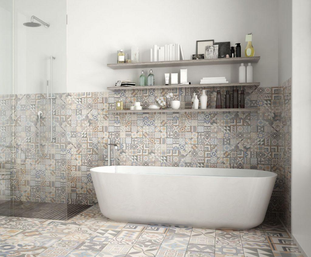 Kúpeľňa so vzorovaným keramickým obkladom