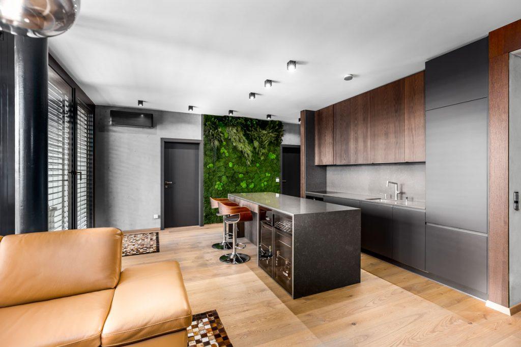 Moderná kuchyňa s machovou stenou
