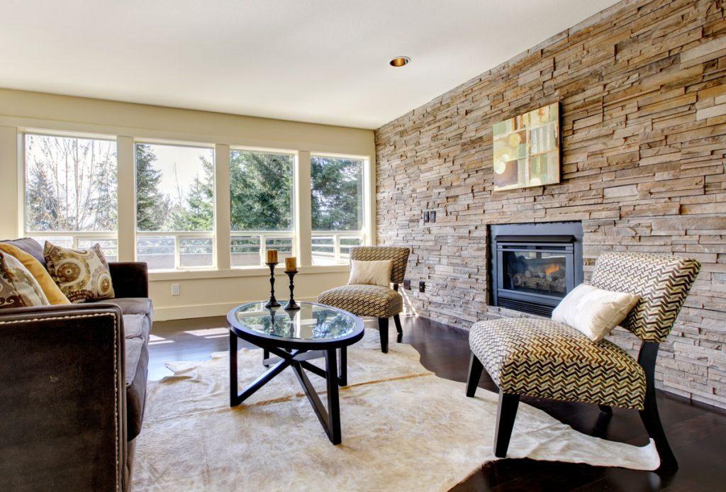 Obývačka s kamenným obkladom na stene