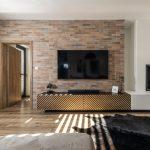 obývačka s tehlovou stenou, biokrbom a nábytkom s potlačeným vzorom rybej kosti