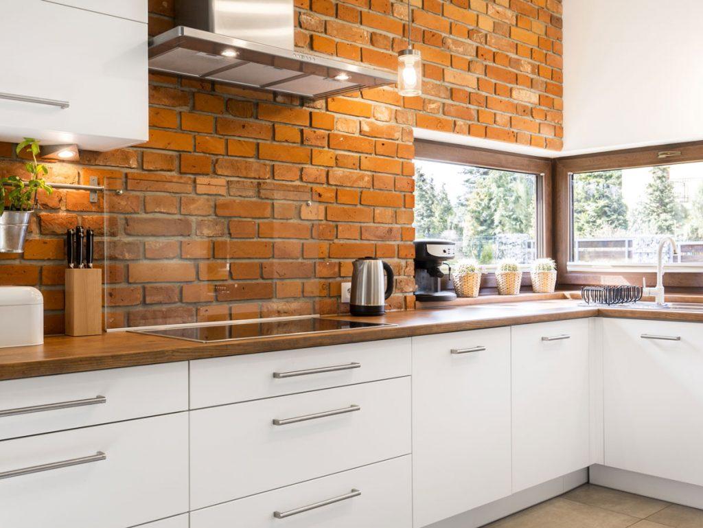 Kuchyňa s tehlovým obkladom na zástene