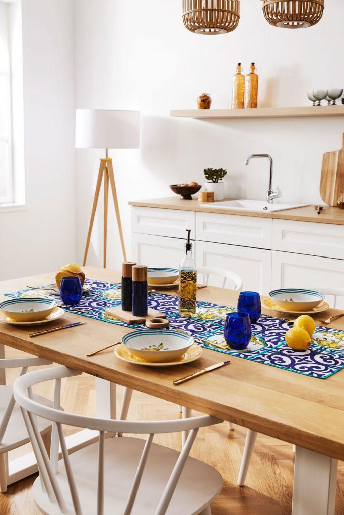 Jedálenský stôl s prestieraním inšpirovaným Stredomorím v modrej a žltej farbe