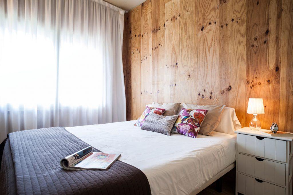 Spálňa s dreveným obkladom