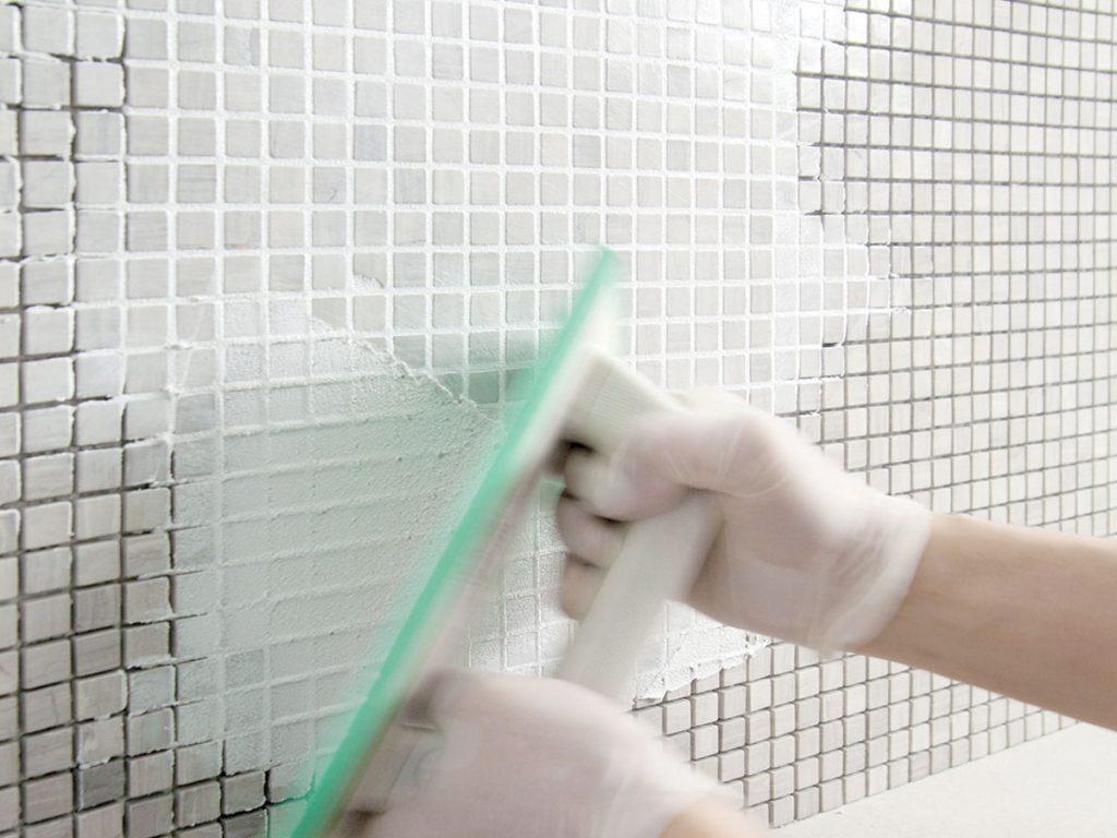 Vyplnenie škár maltou pomocou gumenej stierky
