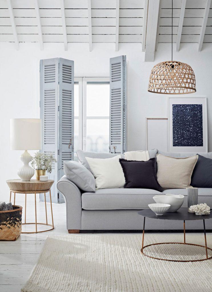 Obývačka v neutrálnych tónoch šedej, bielej, hnedej a modrej s prímorskou atmosférou