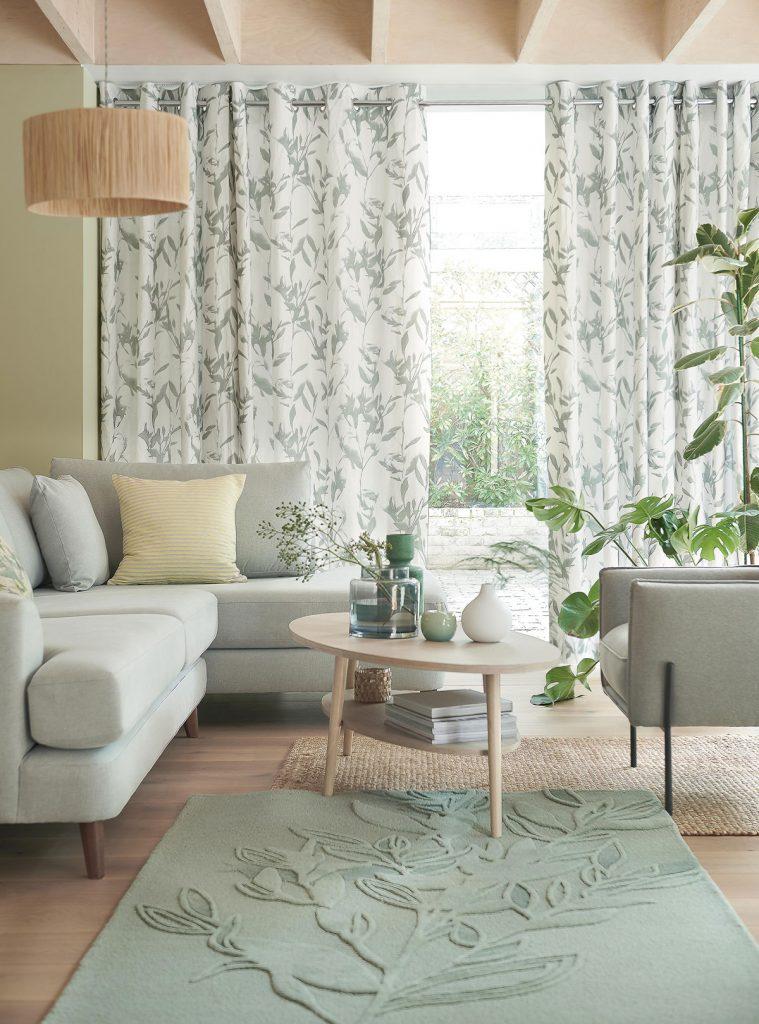 Prírodná obývačka zariadená v odtieňoch zelenej farby v štýle tón v tóne