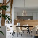 Minimalistická jedáleň s drevenými trámami