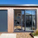 moderný záhradný domček slúžiaci ako sklad aj na oddych