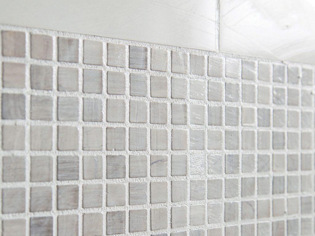 Odstránenie nadmerného množstva malty z povrchu mozaiky