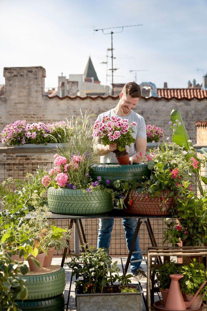 Pyramídový kvetinový záhon vytvorený z pneumatík so zmiešanou kvetinovou výsadbou