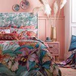 spálňa v tropickom štýle s posteľou a obliečkami s motívom džungle