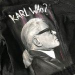 Portrét Karla Lagerfelda maľovaný na rifľovú bundu