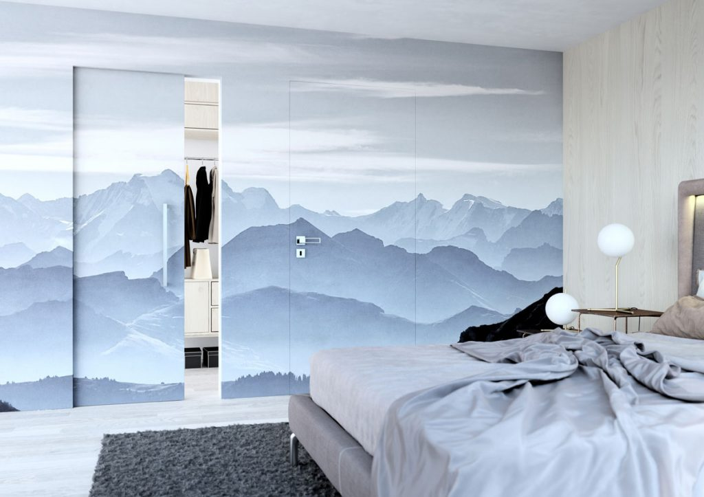 spálňa s bezzárubňovými dverami do šatníka s motívom hôr