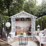 Romantický záhradný domček s terasou zariadený vo vidieckom štýle