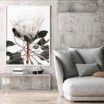 interiér so sivou sedačkou, obrazom kvetiny a betónovou stenou