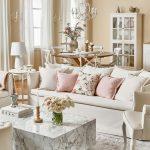 romantická obývačka spojená s jedálňou v smotanovej farbe, zariadená v provensalskom štýle