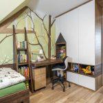 Detská podkrovná izba v drevodekore, s pracovným kútikom a tapetou s motívom stromov