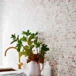 Kuchyňa s farebným mozaikovým obkladom na stene