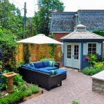 Záhrada so sedením a modrým záhradným domčekom