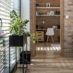 pohľad z obývačky do pracovne v drevodekore s potlačeným vzorom rybej kosti na obloženej drevenej stene
