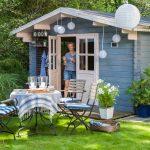 záhradné sedenie a modrý záhradný domček