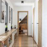 podkrovná chodba s lavicou s úložnými priestormi po dĺžke steny a s vchodmi do spálne, detskej izby a kúpeľne