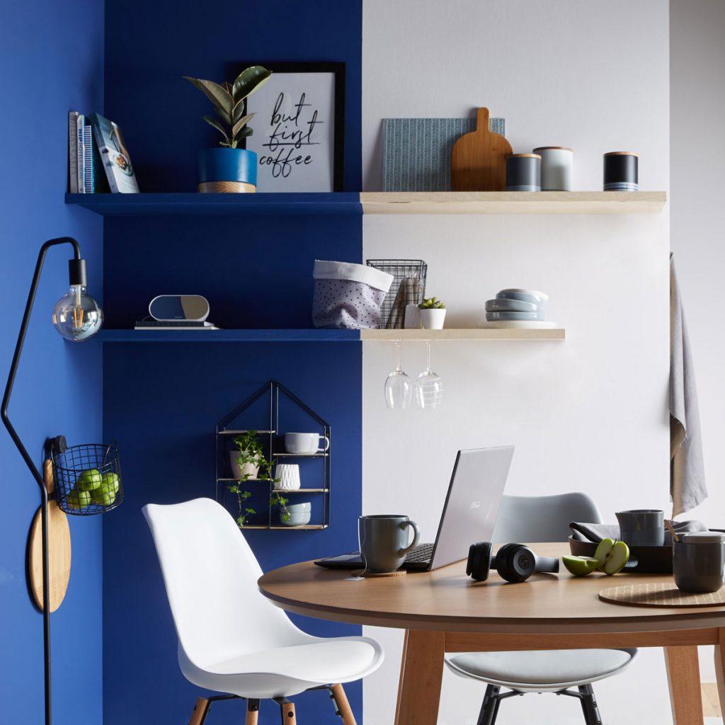 jedálenský kút s dvojfarebnou modro-bielou maľovkou na stene