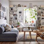 Obývačka s knižnicou po celej dĺžke steny a s nikou na sedenie pri okne