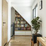 podkrovná chodba s knižnicou vyrobenou na mieru a umiestnenou pod sklonom strechy