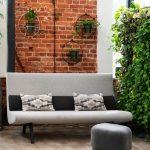 Interiér s vertikálnou zelenou stenou z popínavých izbových rastlín