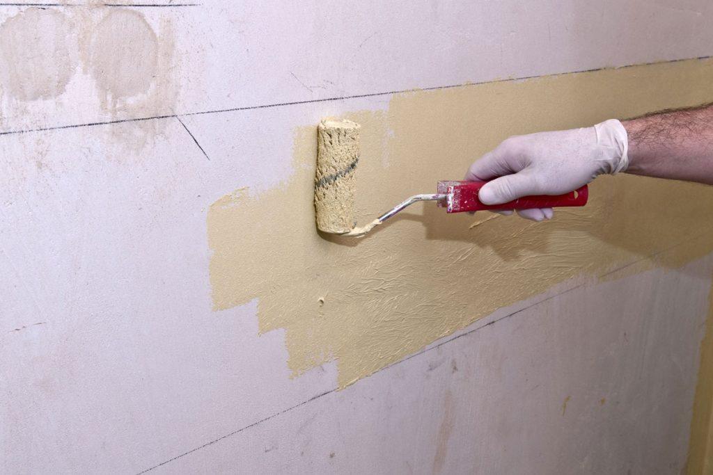 Lepenie keramických obkladov v kúpeľni: Nanesenie prvej vrstvy celoplošného hydroizolačného náteru