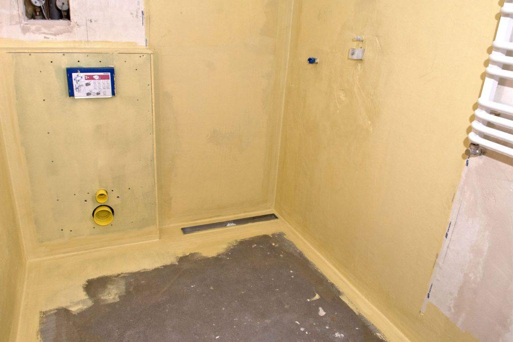 Lepenie keramických obkladov v kúpeľni: Nanesenie druhej vrstvy celoplošného hydroizolačného náteru