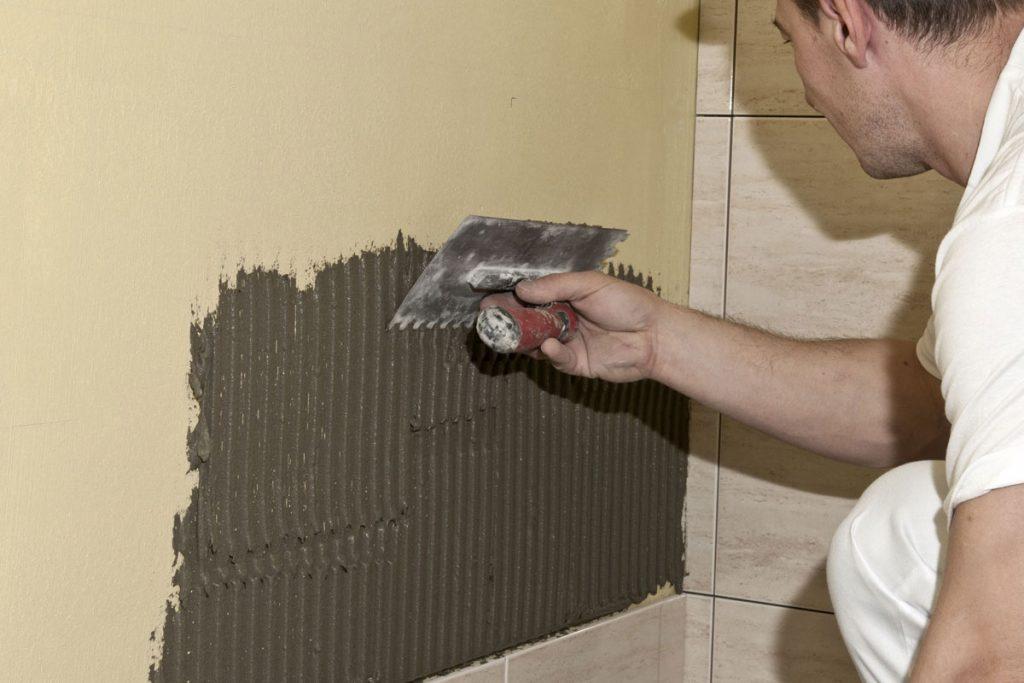 Lepenie keramických obkladov v kúpeľni: Aplikácia lepiacej malty