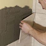 Lepenie keramických obkladov v kúpeľni: Lepenie obkladu
