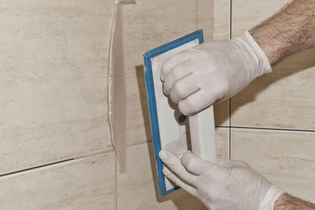 Lepenie keramických obkladov v kúpeľni: Škárovanie obkladu