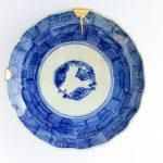 Poškodený porcelánový tanier zlepený technikou kincugi