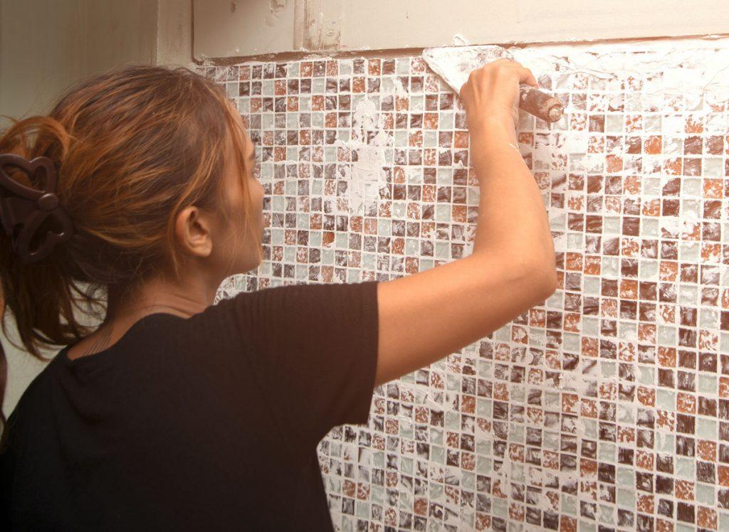 Postup, ako škárovať mozaiku