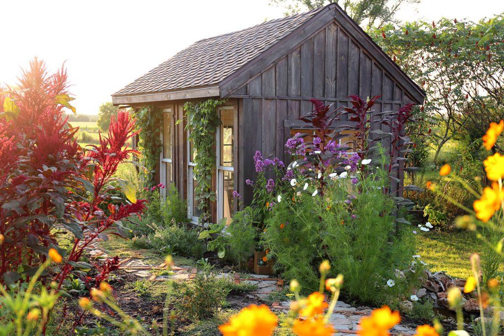 Altánky a záhradné domčeky – dôvody, prečo ich nenechať zastrčené v kúte záhrady