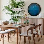 jedálenský stôl s dizajnovými stoličkami oblúkových tvarov a skrinka s rovnobežnými líniami